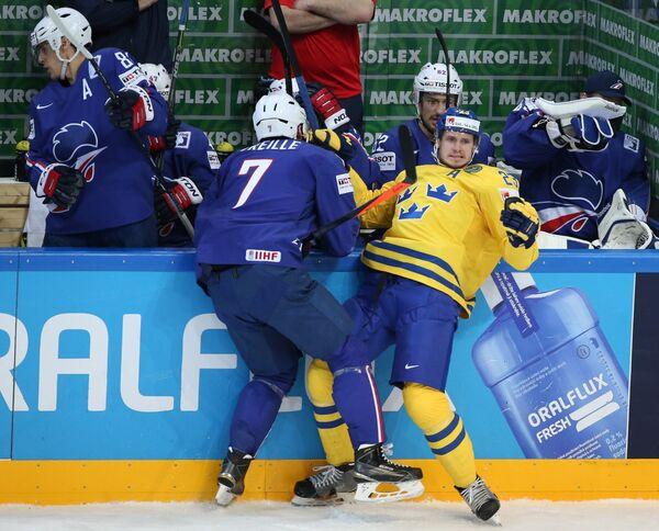 Нападающий сборной Франции Йорик Трей и защитник сборной Швеции Оливер Экман-Ларссон (слева направо на первом плане)