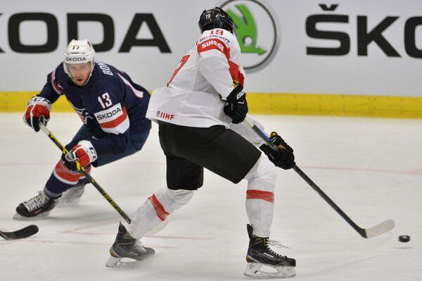 Форвард сборной США Ник Бонино (слева)
