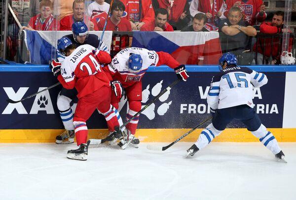 Нападающий сборной Финляндии Петри Контиола, хоккеисты сборной Чехии Мартин Затевич и Якуб Накладал и нападающий Финляндии Туомо Рууту (слева направо)