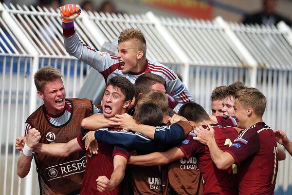 Футболисты юношеской сборной России радуются победе