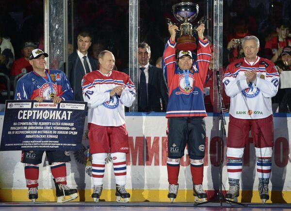 Президент России Владимир Путин (второй слева) на церемонии награждения победителей турнира – команды Невский легион из Санкт-Петербурга перед началом гала-матча турнира Ночной хоккейной лиги в Сочи