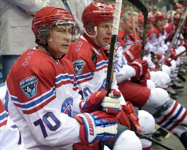Президент России Владимир Путин (слева) в гала-матче турнира Ночной хоккейной лиги в Сочи