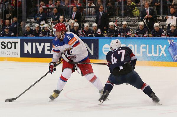 Нападающий сборной России Александр Овечкин (слева) и защитник сборной США Тори Краг