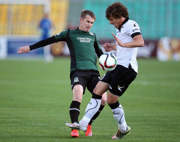 Игрок Краснодара Виталий Калешин (слева) и игрок Торпедо Георгий Тигиев