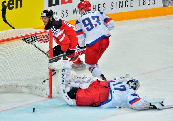 Форвард сборной Канады Тайлер Сегин (слева) и защитник сборной России Виктор Антипин