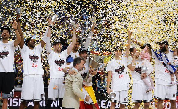 Игроки Реала радуются победе в финальном матче Финала четырех баскетбольной Евролиги