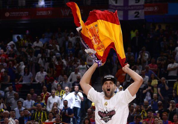 Игрок Реала Фелипе Рейес радуется победе в финальном матче Финала четырех баскетбольной Евролиги