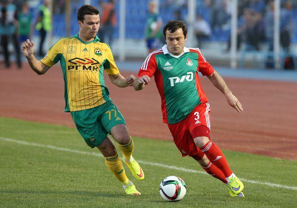 Полузащитник Локомотива Алан Касаев (справа) и полузащитник Кубани Сергей Ткачёв