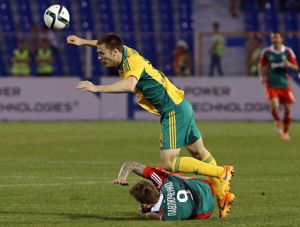 Нападающий ЛокомотиваРоман Павлюченко (внизу) и защитник Кубани Тони Шуньич