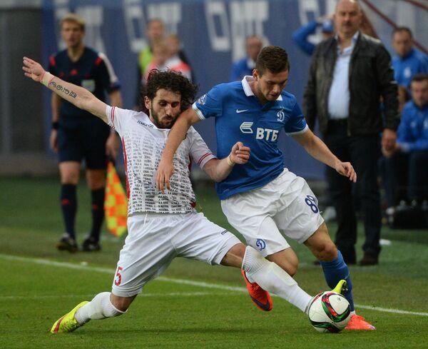 Защитник Арсенала Анри Хагуш (слева) и полузащитник Динамо Александр Ташаев