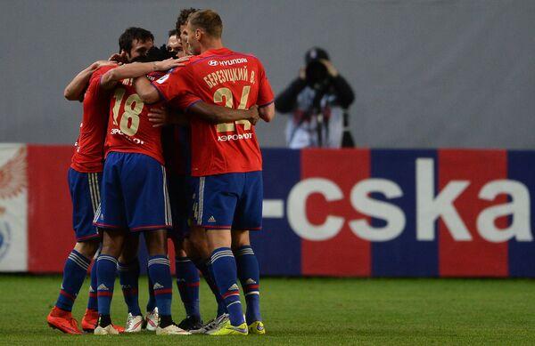 Игроки ЦСКА радуются забитому мячу