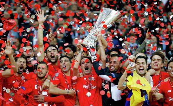 Футболисты Севильи радуются победе в финале Лиги Европы