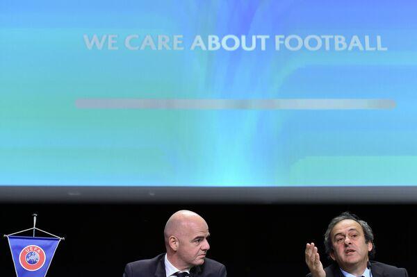 Президент УЕФА Мишель Платини (справа) на пресс-конференции в рамках Конгресса ФИФА в Цюрихе