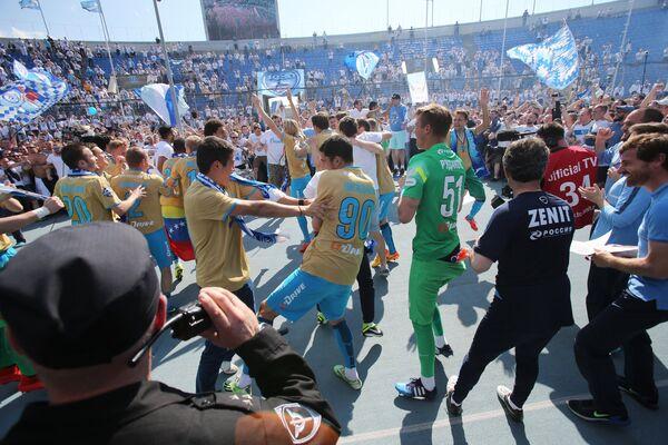 ФК Зенит празднует победу в чемпионате России по футболу среди клубов Премьер-лиги