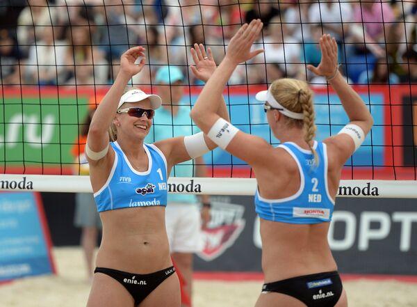 Игроки сборной Нидерландов Марлен ван Йерсель (слева) и Маделейн Меппелинк в финальном матче женского турнира этапа Большого шлема по пляжному волейболу