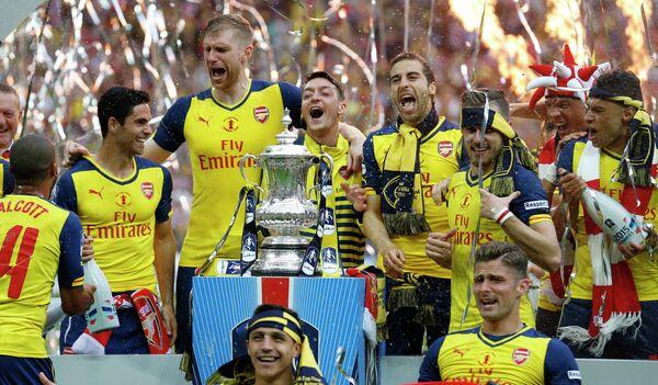 Игроки Арсенала радуются победе в финале Кубка Англии по футболу
