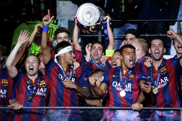 Капитан Барселоны Андрес Иньеста (в центре) с кубком после победы в финальном матче Лиги чемпионов