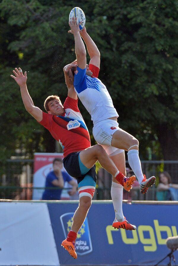 Игрок сборной России Герман Давыдов (слева) и игрок сборной Франции Ромен Мартиаль