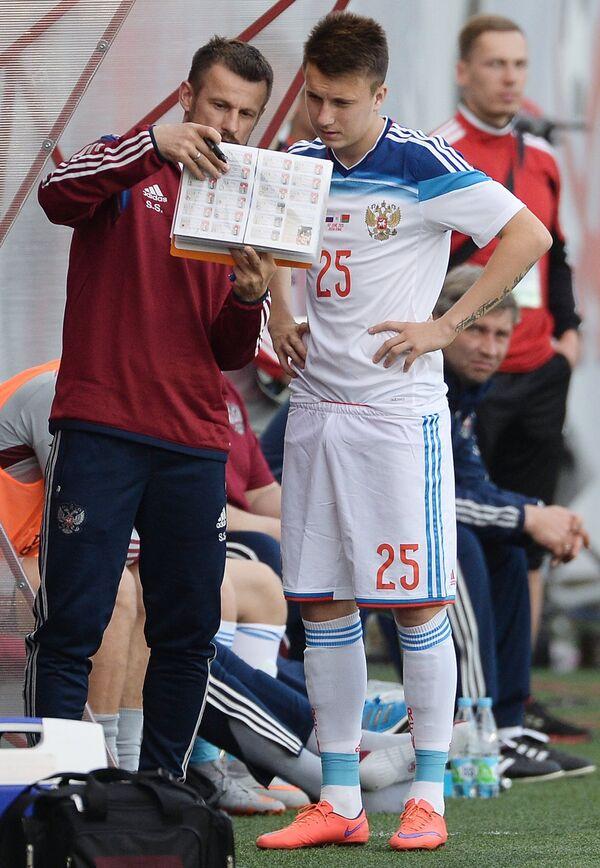 Ассистент главного тренера сборной России Сергей Семак (слева) и полузащитник сборной России Александр Головин