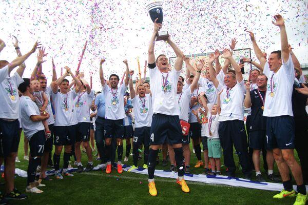 Футболисты и тренеры Крыльев Советов (Самара) радуются выходу в Российскую футбольную Премьер-лигу