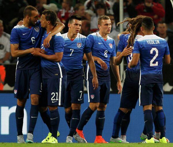 Игроки сборной США по футболу радуются забитому голу