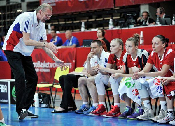 Главный тренер женской сборной России по баскетболу Анатолий Мышкин (слева) во время матча с командой Хорватии