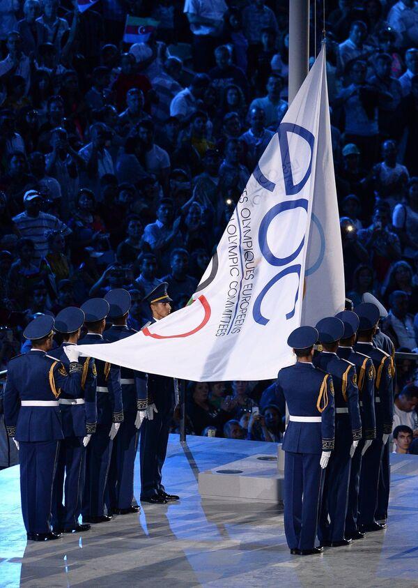 Поднятие флага Европейского Олимпийского комитета на церемонии открытия I Европейских игр в Баку.