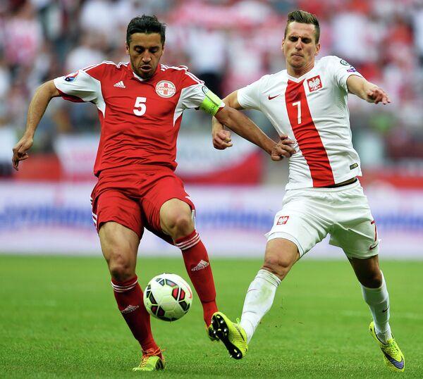 Защитник сборной Грузии Александр Амисулашвили и нападающий сборной Польши Аркадиуш Милик (слева направо)