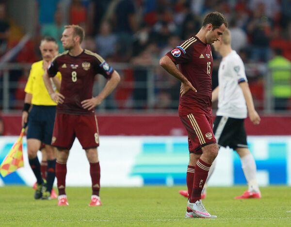 Полузащитники сборной России Денис Глушаков (слева) и Роман Широков после окончания матча