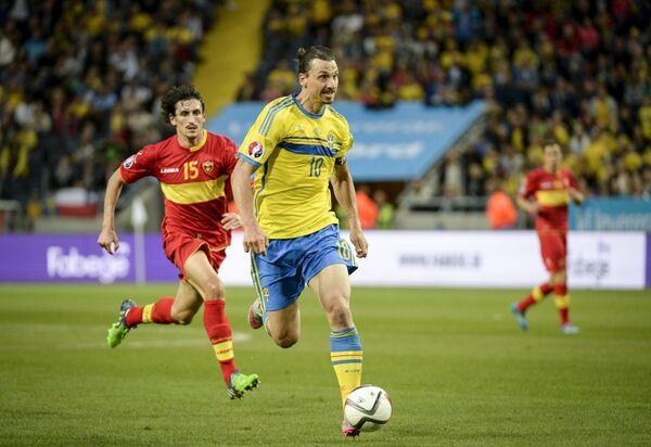Форвард сборной Швеции по футболу Златан Ибрагимович (на переднем плане) и полузащитник сборной Черногории Стефан Савич