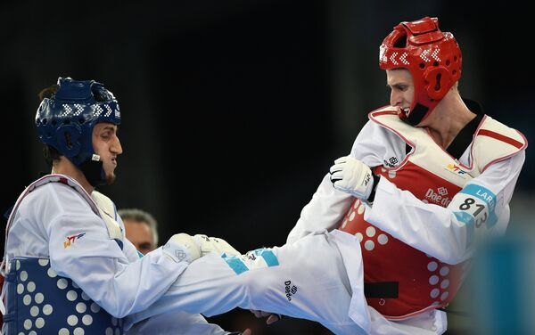 Слева направо: Радик Исаев (Азербайджан) и Владислав Ларин (Россия)