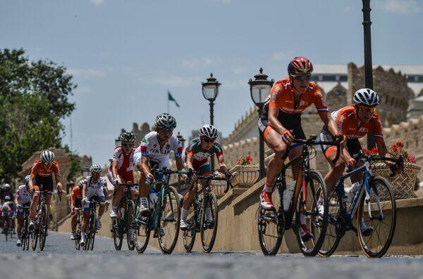 Спортсменки на дистанции шоссейной велогонки среди женщин на I Европейских играх в Баку