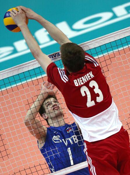 Связуюший сборной России Сергей Антипкин (слева) и блокирующий сборной Польши Матеуш Бенек