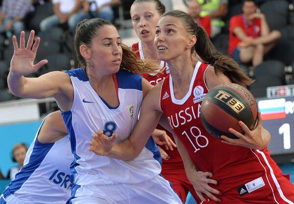 Игрок сборной Израиля Хадар Гутин (слева) и игрок сборной России Анна Лешковцева