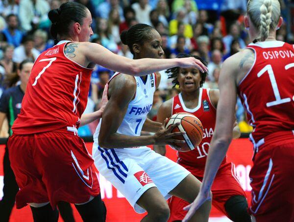 Игровой момент матча Франция - России на ЧЕ-2015 по баскетболу