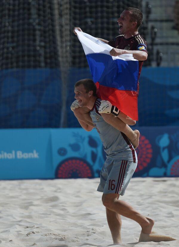 Вратарь сборной России Иван Островский (внизу) и Юрий Горчинский