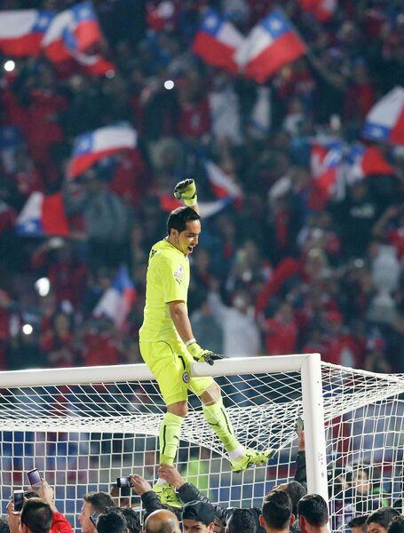 Голкипер Клаудио Браво радуется победе сборной Чили на Кубке Америки