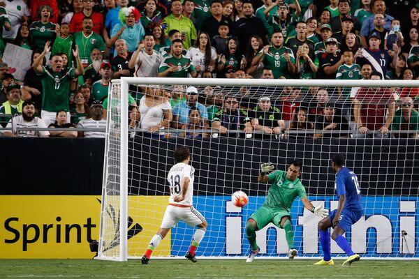 Игровой момент матча между сборными Мексики и Гватемалы