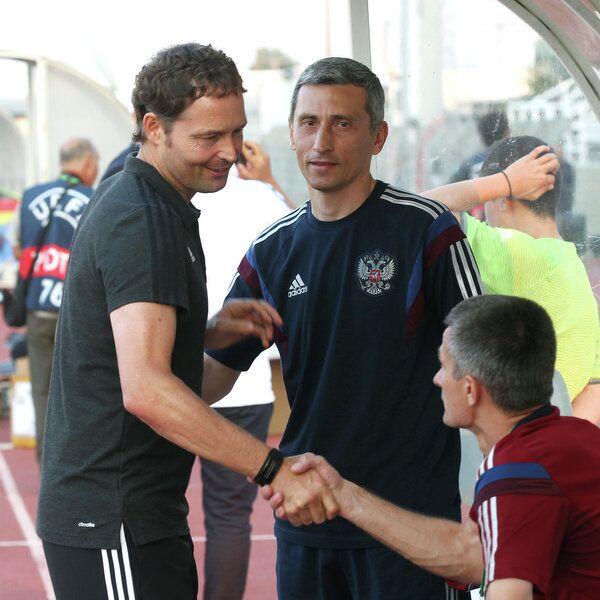 Главный тренер юношеской сборной России по футболу (не старше 19 лет) Дмитрий Хомуха (в центре)