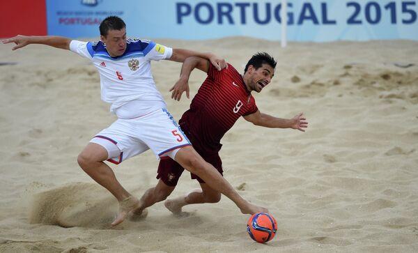 Игрок сборной России по пляжному футболу Юрий Крашенинников и игрок сборной Португалии Бруну Ново (справа налево)