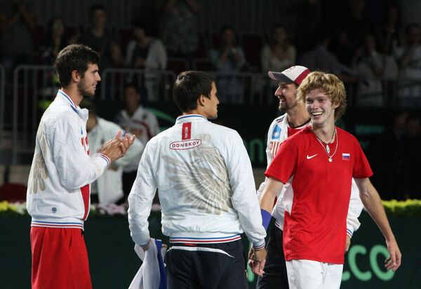 Игроки сборной России по теннису радуются победе в матче Кубка Дэвиса