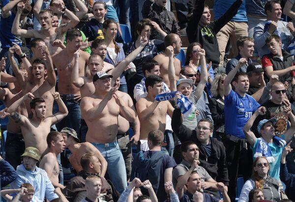 Болельщики Динамо во время матча 1-го тура чемпионата России по футболу
