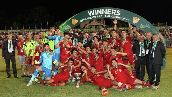 Игроки сборной Испании и тренерский штаб радуются победе в финальном матче юношеского чемпионата Европы до 19