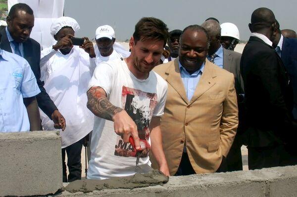 Нападающий испанской Барселоны и сборной Аргентины по футболу Лионель Месси (слева) и президент Габона Али Бонго Ондимба