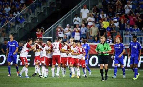 Футболисты Нью-Йорк Ред Буллз (в центре)