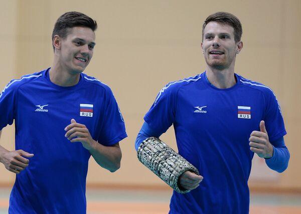 Игроки мужской сборной команды России по волейболу Виктор Полетаев (слева) и Евгений Сивожелез
