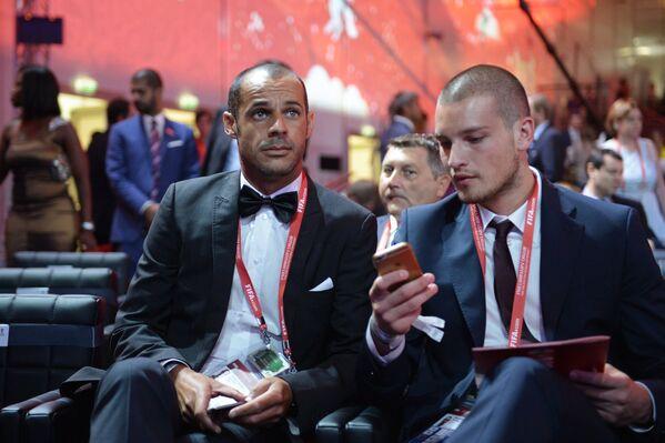 Победитель молодежного чемпионата мира 2015 года футболист из Сербии Предраг Райкович (справа) на церемонии предварительной жеребьевки чемпионата мира по футболу 2018 по футболу