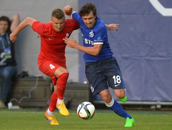 Защитник ФК Мордовия Игорь Шитов (слева) и полузащитник ФК Динамо Юрий Жирков