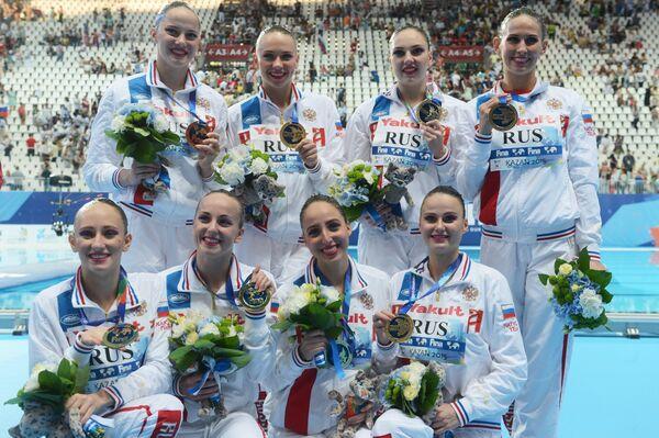 Спортсменки сборной России, завоевавшие золотые медали в финале технической программы групповых соревнований по синхронному плаванию