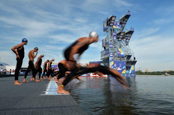 Спортсмены на старте дистанции 25 км на открытой воде